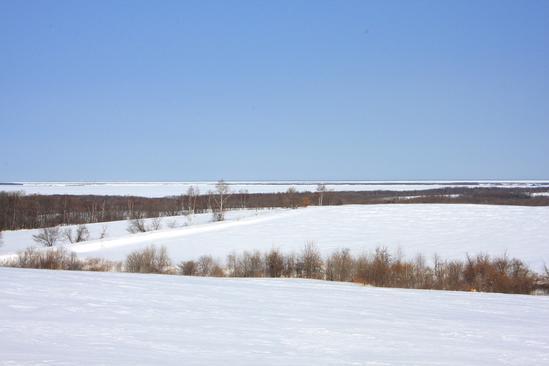 雪原から望む結氷したサロマ湖と流氷 佐呂間町浜佐呂間
