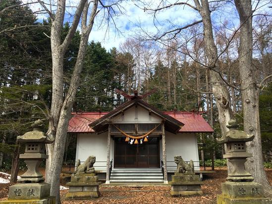 サロマ湖を望む初春の浜佐呂間神社