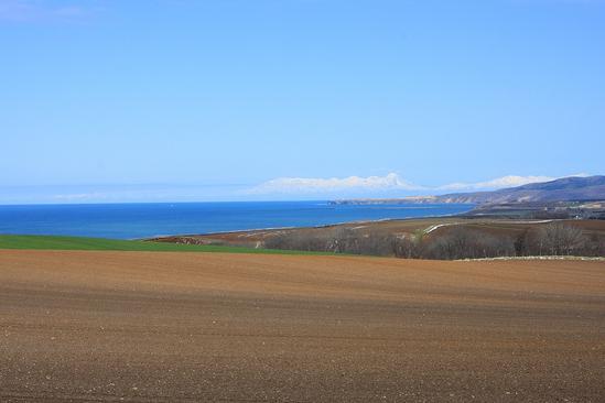 オホーツク海と能取湖が望める丘  春 1本道と畑作地帯 北見市常呂町